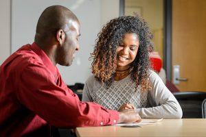 顾问Jonathan Ferguson在职业探索中心的一次咨询会上与学生会面。